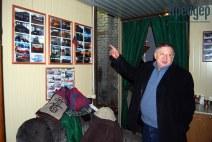 Александр Кнапнугель показывает свои экспонаты