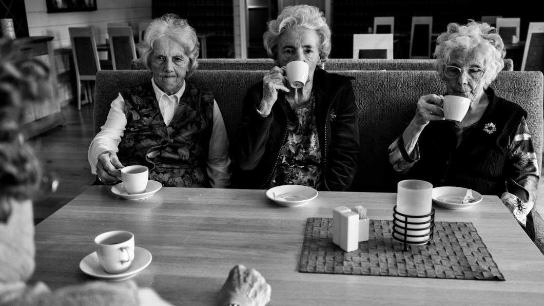 Imagen gratis de cuatro ancianas tomando un cafe