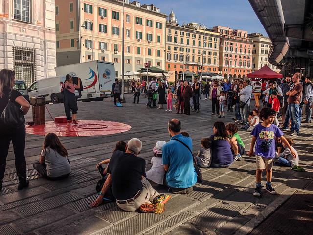 Folla per gli artisti di strada