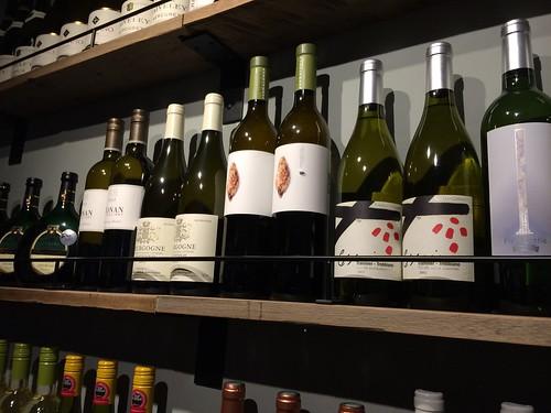 壁にはワイン達が並びます@HAGARE
