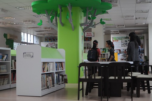 高雄後勁國小圖書館:小學的圖書館也很吸引人