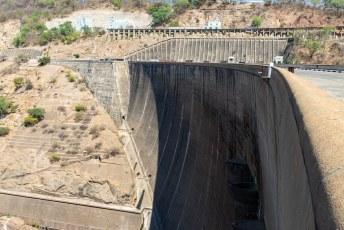 Dit is de Karibadam waar het meer zijn naam aan dankt. Als je je paspoort afgeeft mag je even op en over de dam (Zimbabwe in) voor foto's.