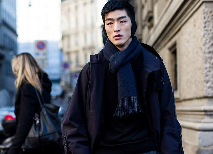 Look casual masculino con bufanda azul