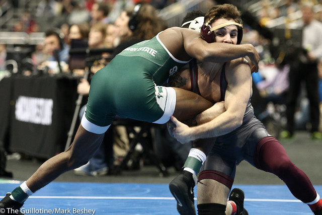 Cons. Round 4 - RayVon Foley (Michigan State) 35-6 won by major decision over Sean Russell (Minnesota) 28-6 (MD 12-4) - 190322dmk0003