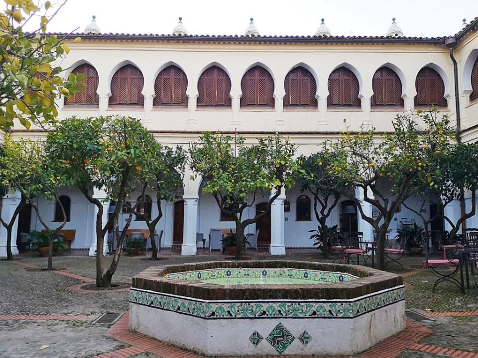 Patio y fuente interior Parador de Guadalupe antiguo colegio y Hospital de San Juan Bautista Caceres 04