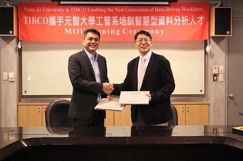 TIBCO Alan Ho總監與元智工管系梁韵嘉主任簽訂合約