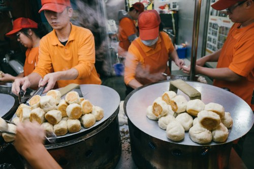 Working on pan fried buns @ Shilin Night Market