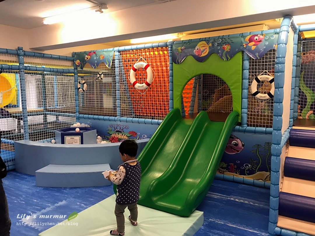 給幼童的溜滑梯,旁邊也有個小球池可以玩飄球機。