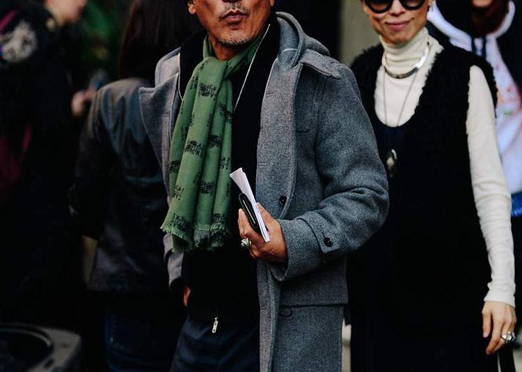 Bufanda masculina verde combinada con abrigo gris 5 maneras de llevar una bufanda