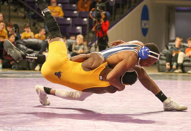 133: Justin Foley (UIU) wins 13-5 major decision vs. George Farmah (MSU)   17-10 UIU - 190117mke-0169