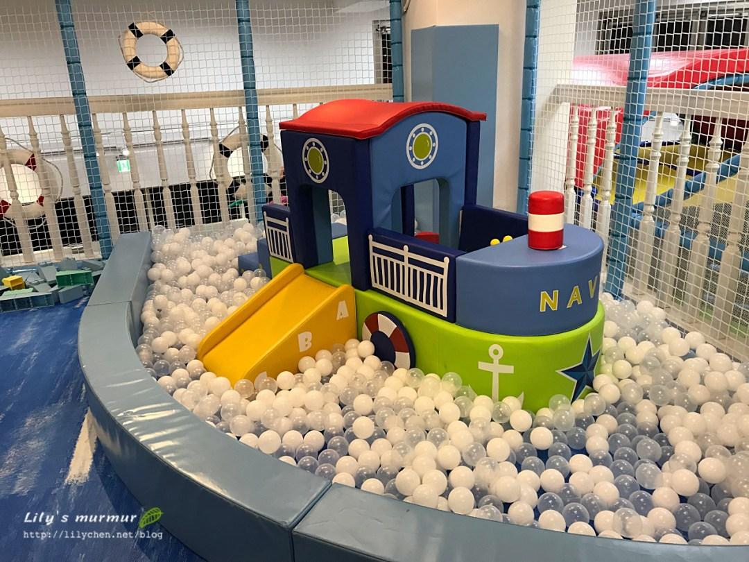 給北鼻幼童的球池區,還有小溜滑梯。