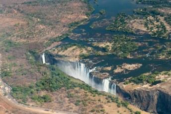 In de lokale taal heten de watervallen Mosi-oa-Tunya, wat 'de rook die dondert' betekent.