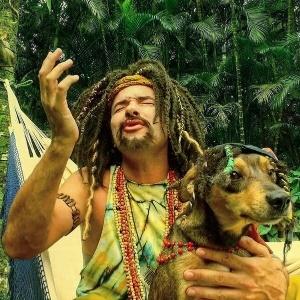 Personagem de Marco Luque, Mustafary aposta no reggae e lança clipe