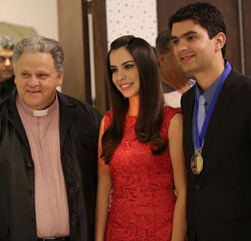 O presidente d o ICMG, Pe. Aloísio Vieira, com o diretor administrativo do Colégio Angélica Ítalo Felix e a exposa