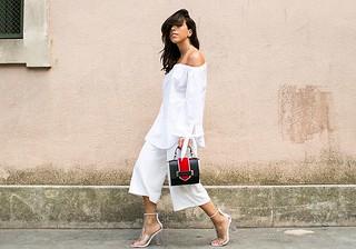 Pantacourt ainda é uma. Adicione sandálias bapho, uma bolsa filhotinha e ela, a camisa branca...
