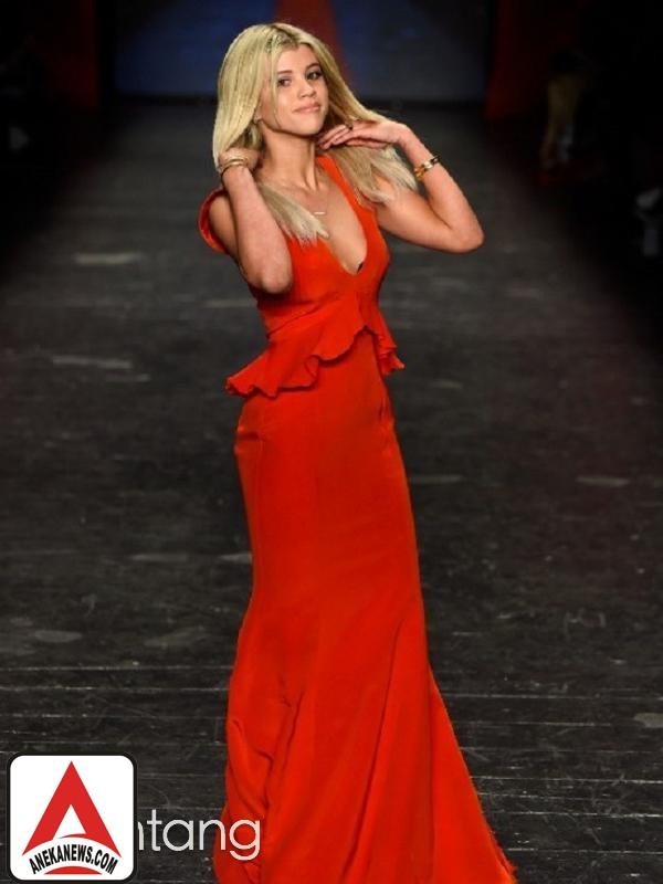 #Gosip Top :Sofia Richie Tiru Gaya Selena Gomez Saat Liburan