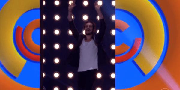 """Músico Tiago Iorc quase é atingido por telão no """"Caldeirão""""; Huck brinca"""