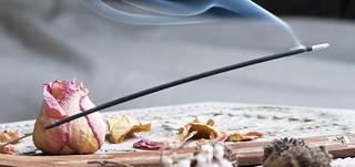 Escolha um inscenso com perfume discreto e deixe queimar