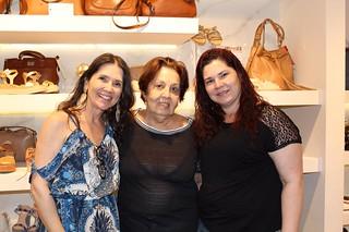 Alessandra e a irmã, Ana Paula Nogueira, responsável pelas delícias do bufê, ladeiam Maria Helena Quintão