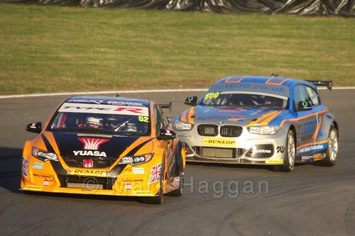 Gordon Shedden leads Sam Tordoff during the BTCC Brands Hatch Finale Weekend October 2016