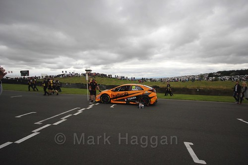 Gordon Shedden on the grid during the BTCC Knockhill Weekend 2016