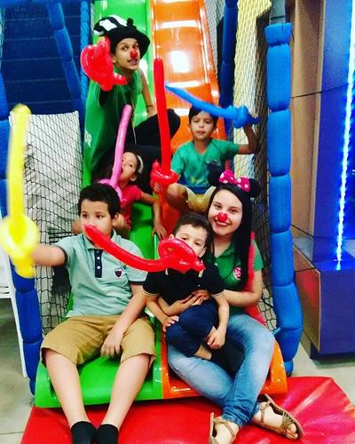a criançada conheceu o Reino da Chapelândia e convidaram o Senhor Chapéu e a Tia Narizinho para fazer essa divertida foto!