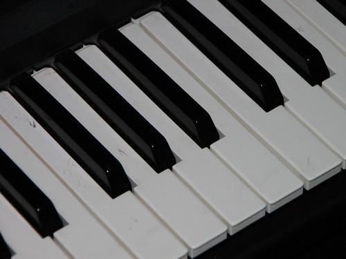 electronic-keyboard_piano-size-key-close-up__i...