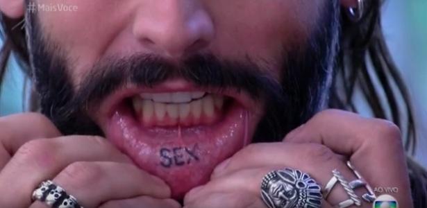 """Henri Castelli mostra tatuagem """"sex"""" no lábio e surpreende Ana Maria"""