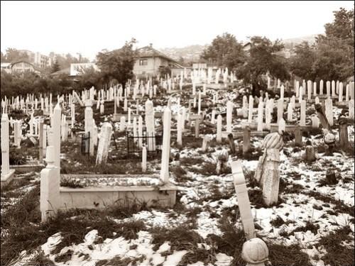 Sarajevo+%28BiH%29+-+Lapidi+in+un+cimitero+islamico+della+periferia+collinare+%28e+una+nota+sulla+guerra+civile+in+Siria%29+%2F+Cemetery+in+Sarajevo+%28and+some+lines+about+the+war+in+Siria%29