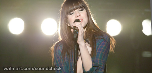 Carly Rae Jepsen Brings 'Kiss' to Walmart Soun...