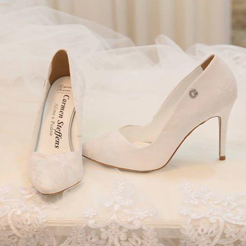 Para dizer o Sim com estilo, o calçado da noiva pode ter calcanheiras personalizadas!