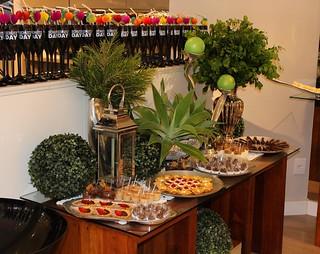Uma bela mesa elaborada por Cidinha Araújo e Espaço Decorações cheia de delícias da Ana Nogueira Chocolates