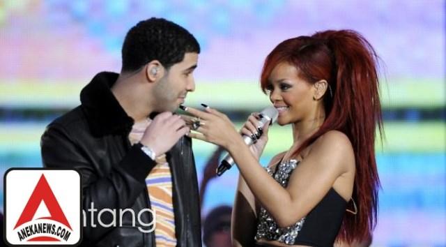 #Gosip Top :Serahkan Trofi VMA 2016 untuk Rihanna, Drake 'Baper'