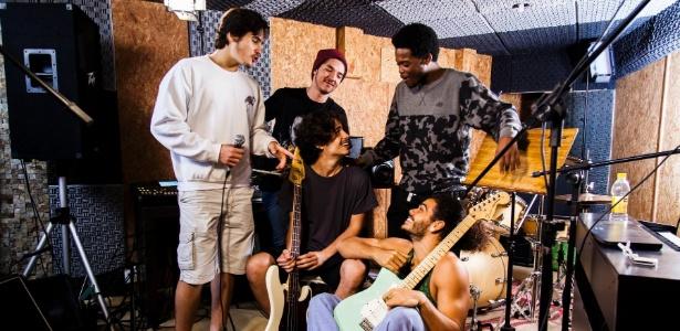 """Com 6 horas diárias de aula, boyband de """"Rock Story"""" fará show de verdade"""