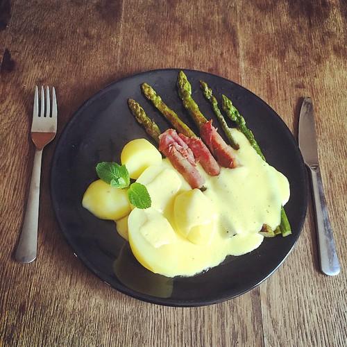 Veronika der Lenz ist da!  #Spargel #grün, #Kartoffeln, #Speck, #Minze und #Sauce #Hollandaise  #bonneappetit #foodporn #nomnomnom