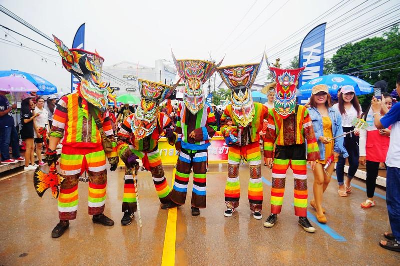 泰國雷府鬼臉節(Phi Ta Khon Festival)東北一年一度的遊行嘉年華。-快樂雲愛旅行-欣傳媒旅遊頻道