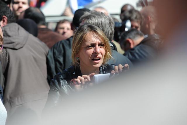 Françoise Degois passe longues minutes à photographier Ségolène Royal et Martine Aubry avec les portables des sympathisants bloqués dans la foule - © Razak