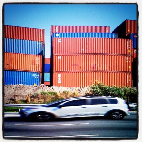 Containers e carro em movinento... #RJ #porto #rio