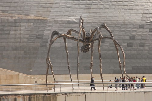 Paseo peatonal Museo guggenheim Bilbao Araña también conocida como Madre.