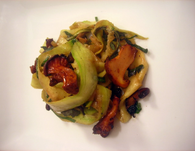 "Zucchini ""pasta"", chanterelles and mussels"