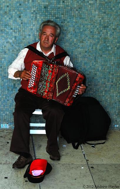 Lisbon Street Musician por Andy H