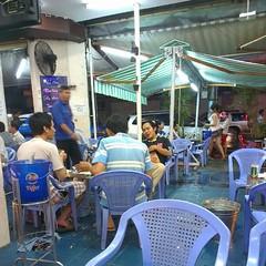 บรรยากาศในร้านอาหารตอนนี้ เหมือนอยู่ในโลกที่เราพูดกับใครไม่รู้เรื่องเลย แล้วอยู่คนเดียวอีก แสรดดดด.... #PomVN