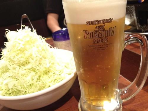 お通しのキャベツと生ビール!ドレッシングがとても美味いのです。@ホルモン在市 芝大門