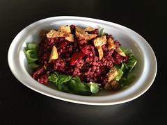 Lentil-beetroot salad with rucola and garlic croutons
