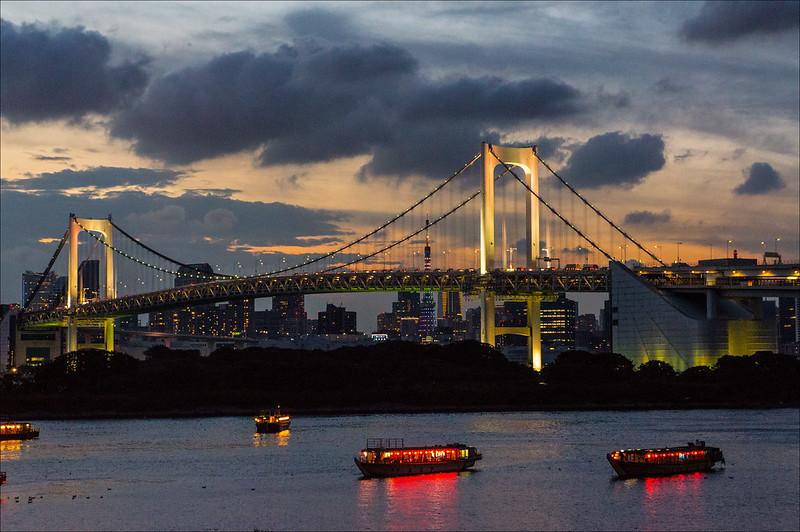Rainbow Bridge al atardecer en Odaiba (Tokio)
