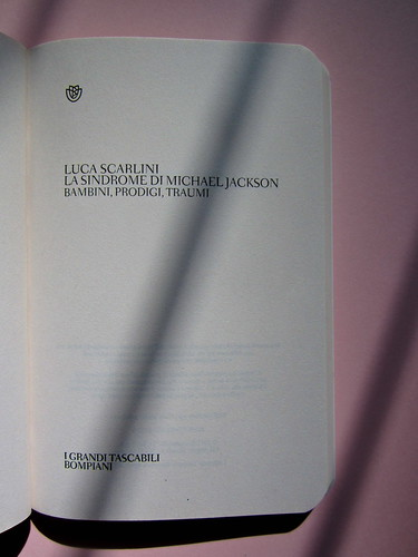 Luca Scarlini, La sindrome di Michael Jackson. Bambini, prodigi, traum. Bompiani 2012. Copertina: Paola Bertuzzi; progetto grafico: Poljstudio. Frontespizio (part.), 1