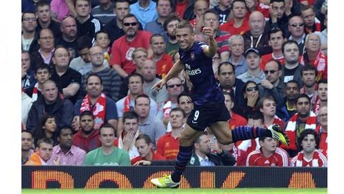 Cazorla da aire al Arsenal y hunde al Liverpool en la tabla