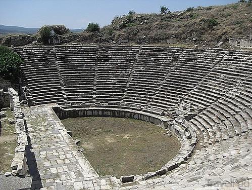 Teatro de Afrodisias, Su construcción terminó en el 27 a. C. y fue modificado durante el siglo II para juegos gladitoriales.