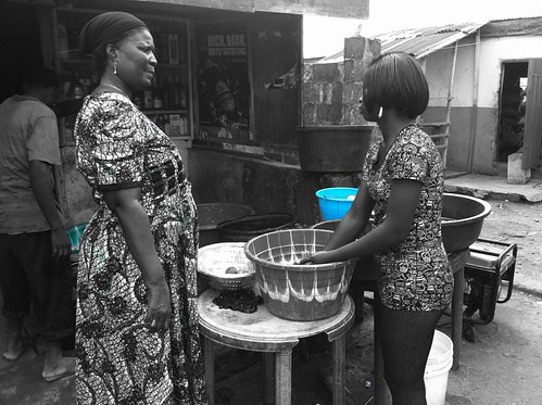 Agbani Making Fish Pepper soup by Jujufilms