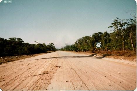 1980 - Pista da futura estrada Rio Santos no trecho da Riviera, destacando-se a primeira placa do logo da Sobloco